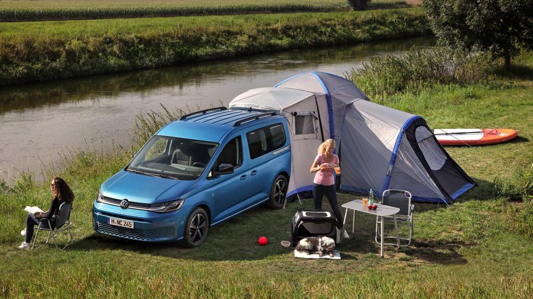 VW Caddy California mit aufgebautem Zelt