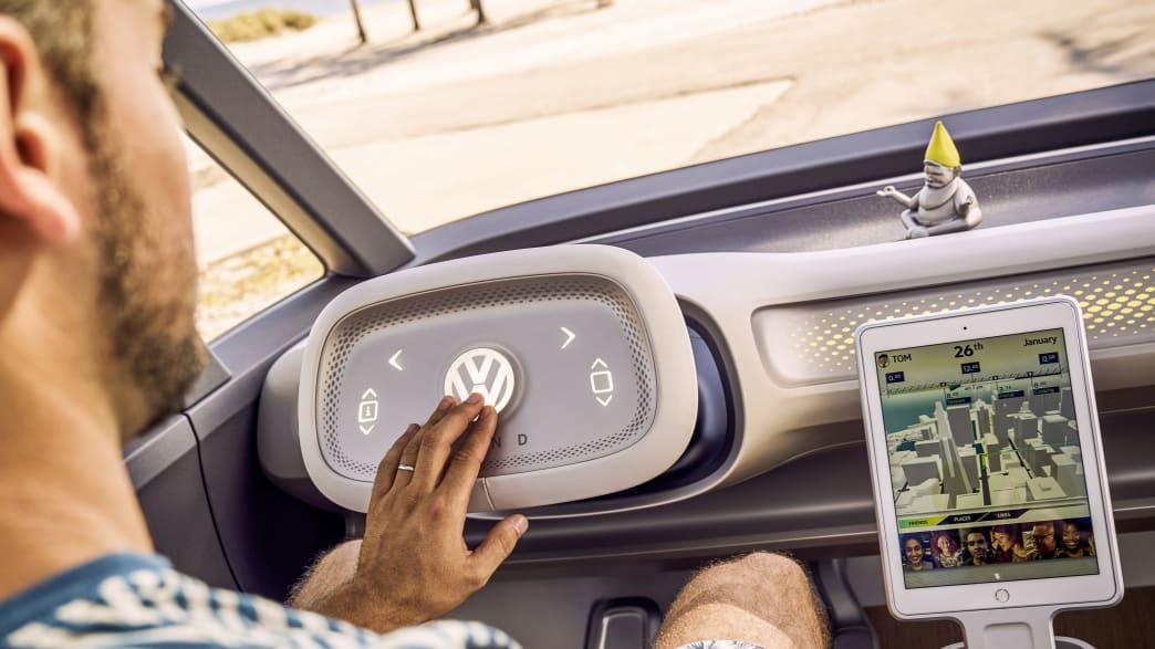 Ein Mann fährt in einem VW ID Buzz