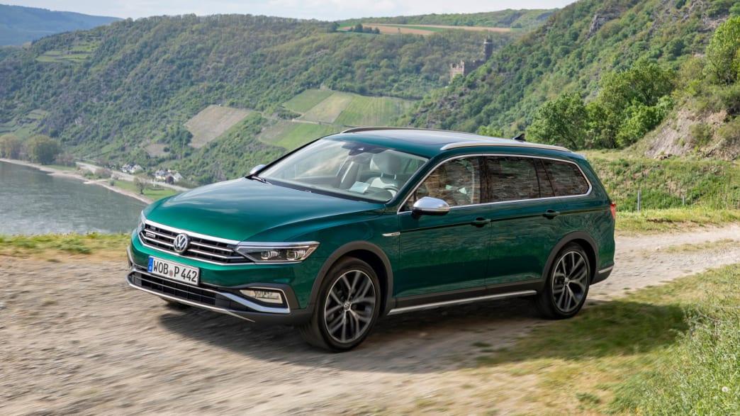 gruener VW Passat Alltrack Kombi faehrt durch Landschaft