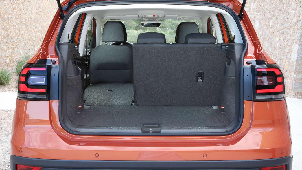 Kofferraum eines roten VW T-Cross