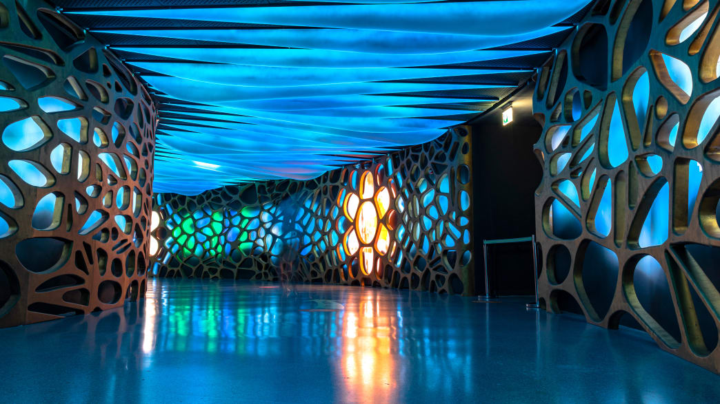 Der blaue Gang im Sea of Consumption im Sustainability Pavillion auf der Expo2020 in Dubai