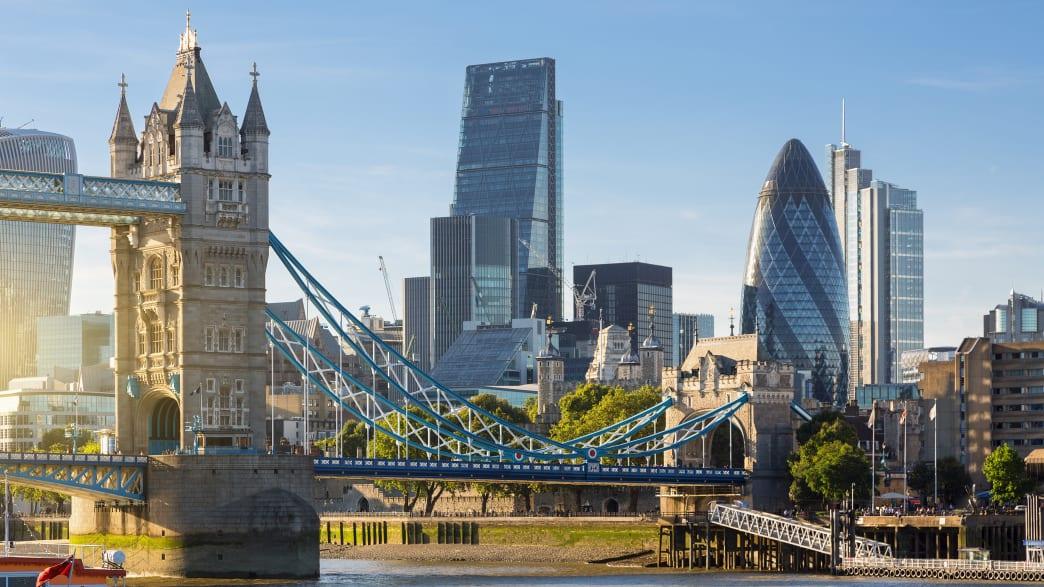 Skyline von London mit Tower Bridge