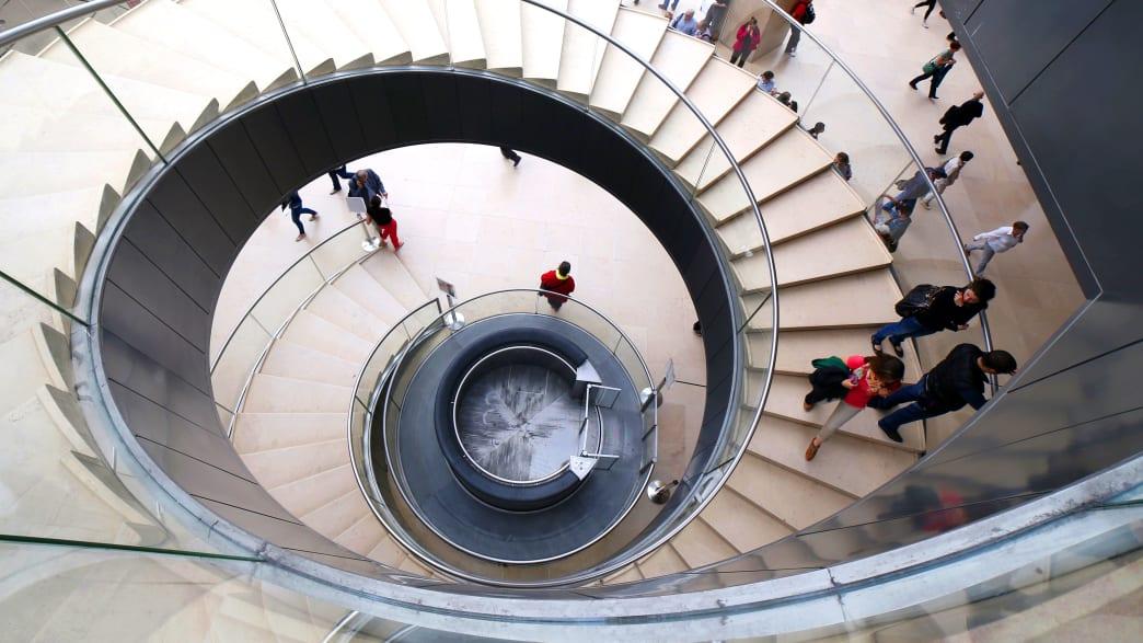 Aufzug und Treppe in der Eingangshalle des Louvre