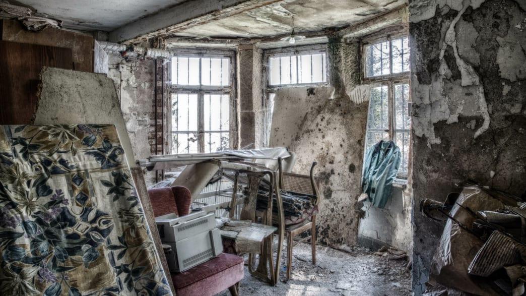 Verfallener Raum, voll mit alten Möbeln
