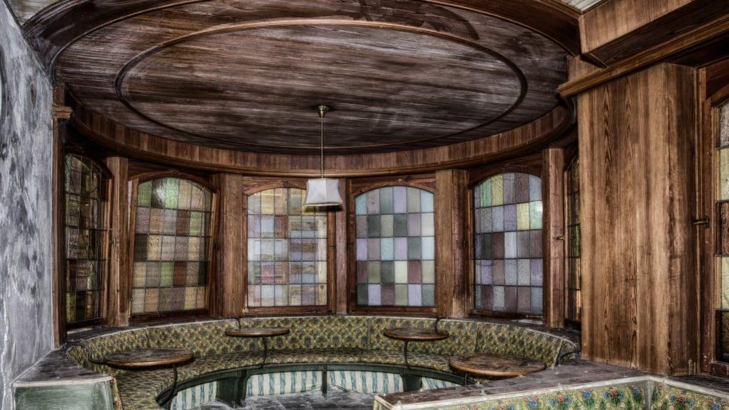 Mit Samt bezogene Sitzbänke in einem alten Raum