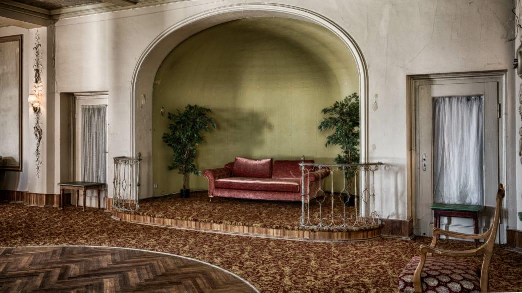 Rotes Sofa in einer runden Nische in einem großen Raum