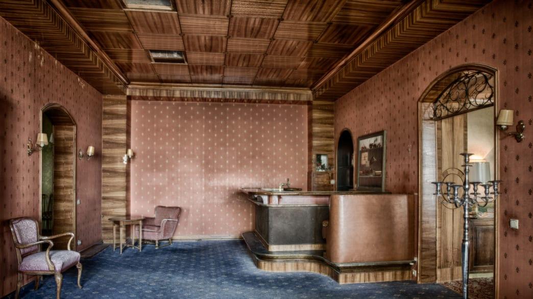 Eine Bar in einem verlassenen Hotel
