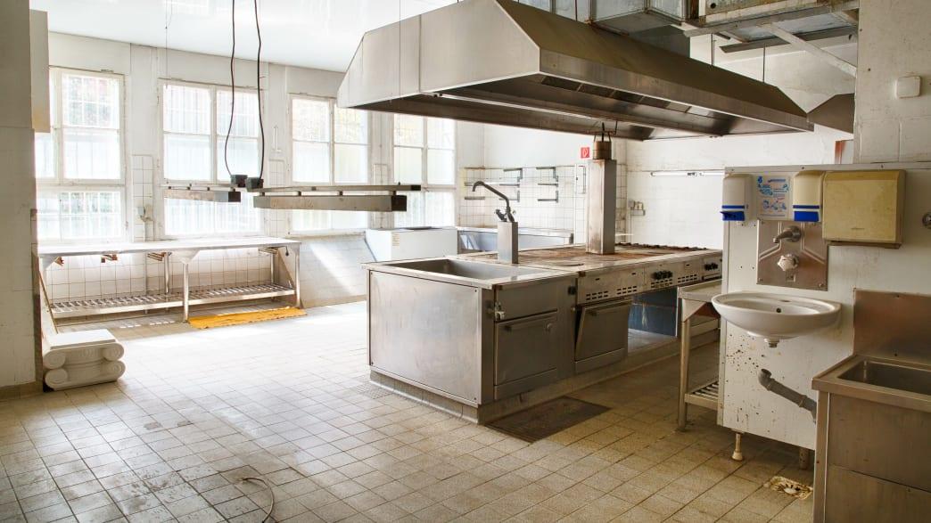 Alte Küche in einem verlassenen Hotel