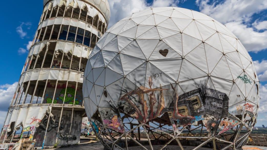 Verfallene Abhörstation auf dem Teufelsberg in Berlin