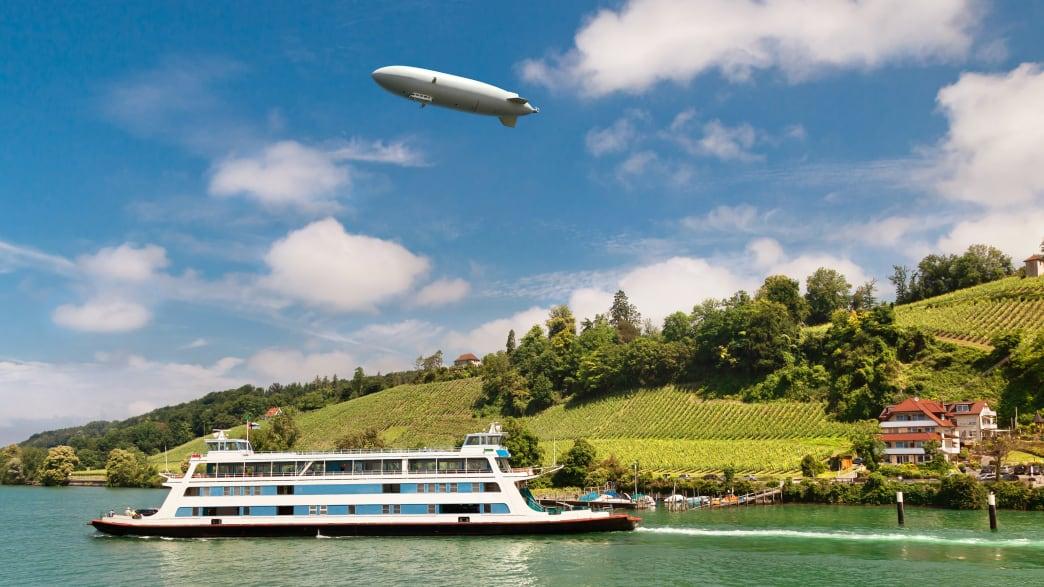 Ein Zeppelin fliegt über dem Bodensee