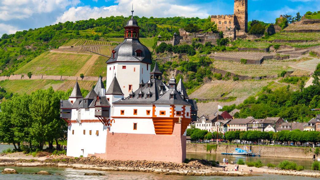 Blick auf die Burg Pflazgrafenstein auf der Rheininsel Falkenau