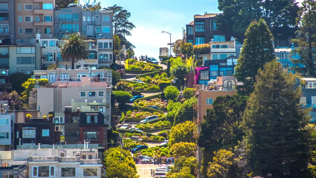 Autos schlängeln sich die berühmte Lombard Street in San Francisco herunter