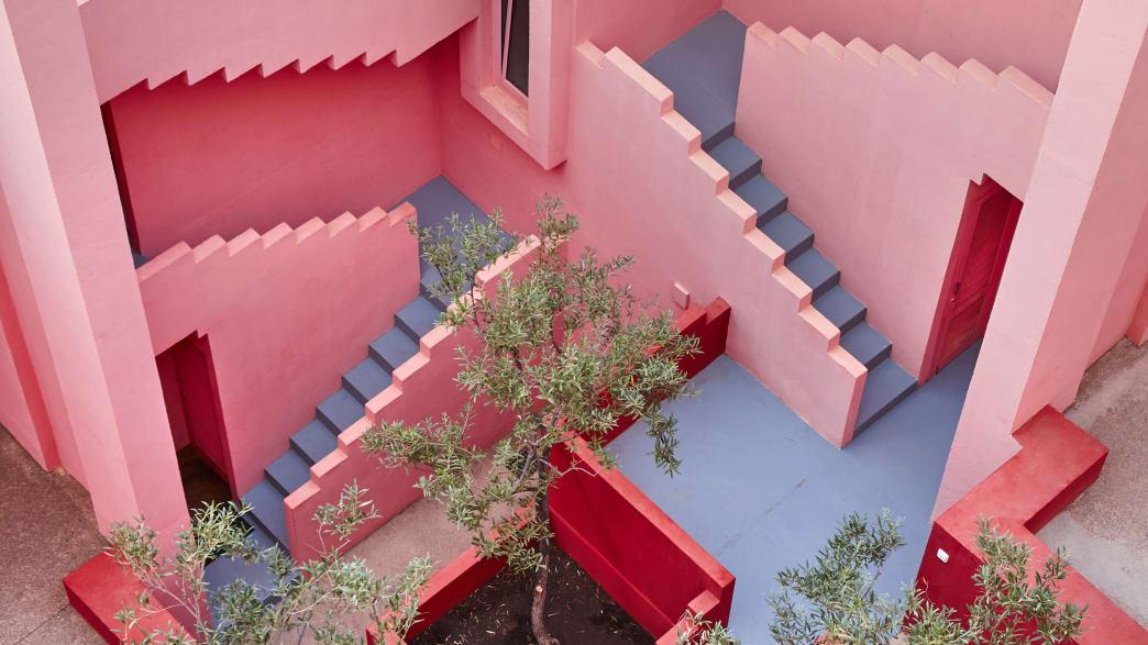 Treppe im Gebäudekomplex La Muralla Roja