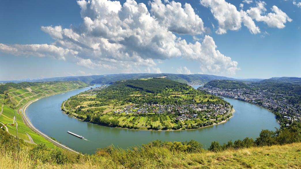 Blick auf die Rheinschleife und das  Weindorf Boppard an einem sonnigen Tag
