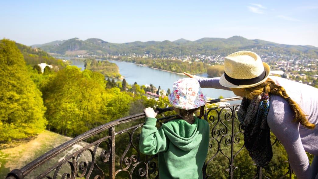 Mutter und kleines Mädchen blicken auf den Rhein in Richtung Drachenfels bei Remagen