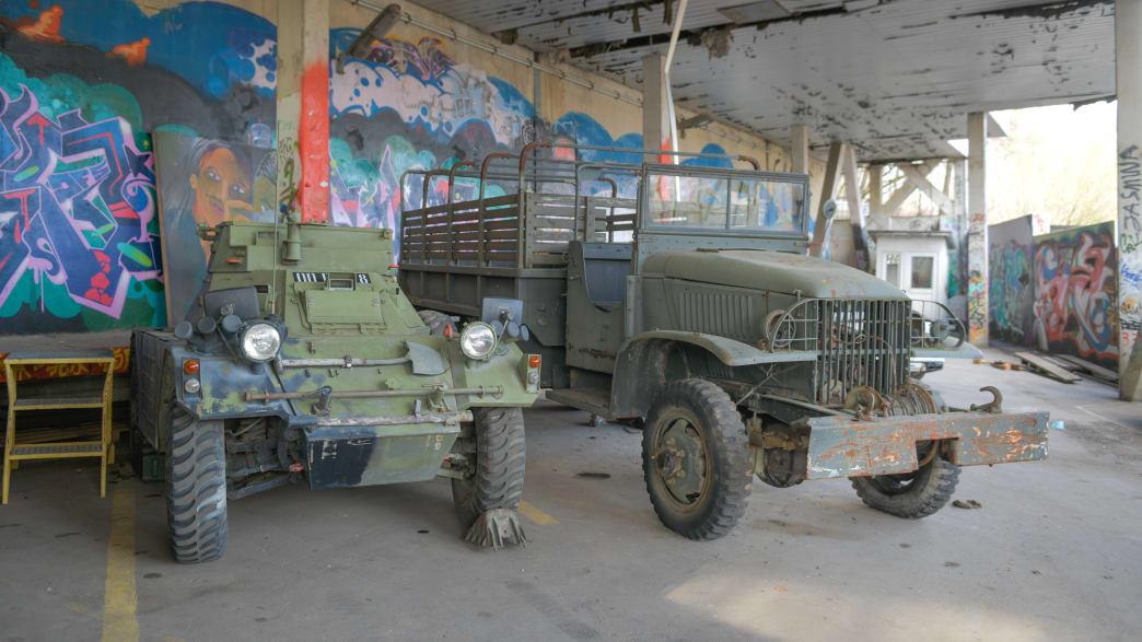 Militärfahrzeuge stehen in der Abhörstation auf dem Teufelsberg in Berlin