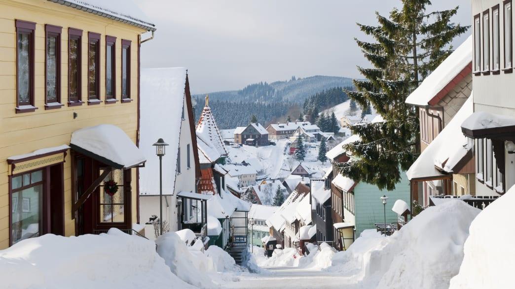Blick auf die verschneite Herrenstrasse in Sankt Andreasberg im Harz