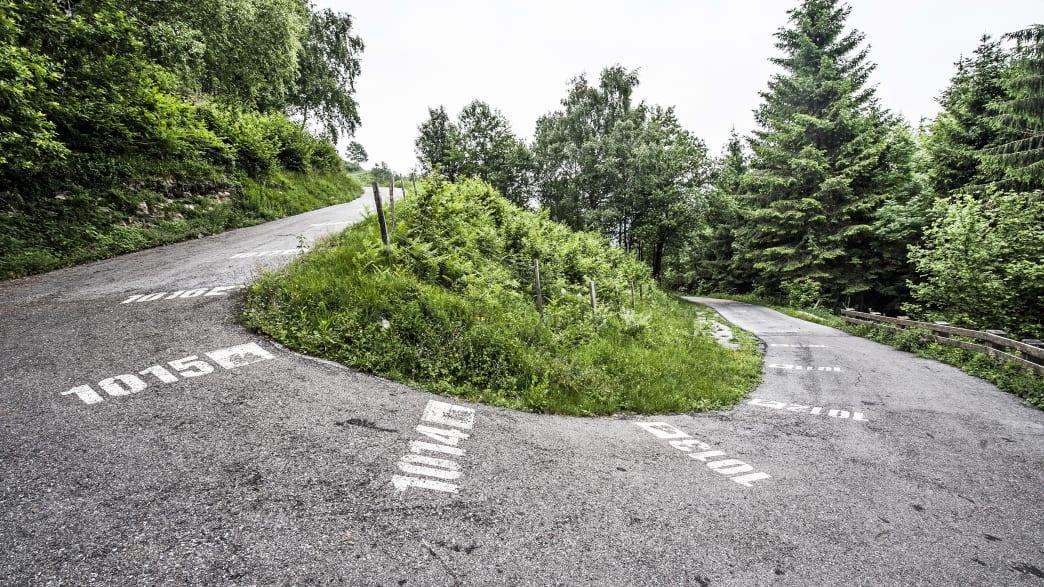 Blick auf eine Kurve der steilen Strasse Muro di Sormano in der Lombardei