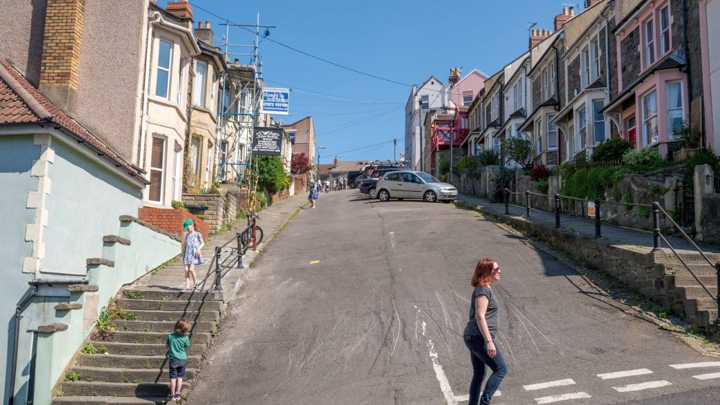Eltern und Kindern am Ostersonntag beim Eierrollen in der steilen Vale Street in Bristol England