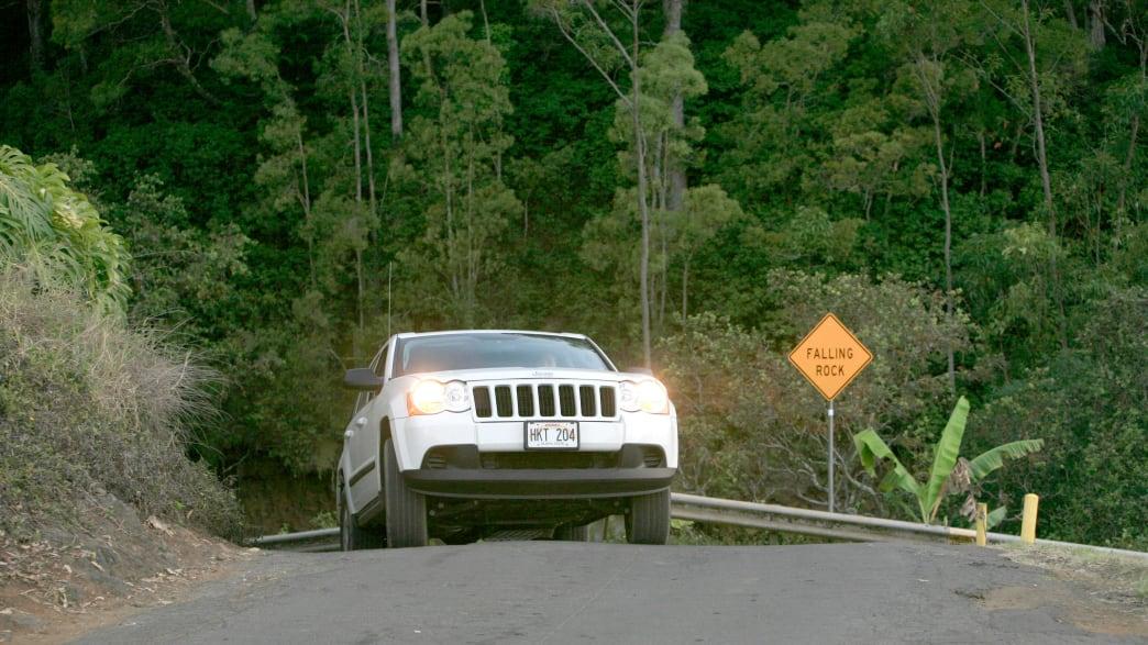 Ein Geländewagen kommt aus dem Tal im Waipi'o Valley, Big Island, Hawai'i