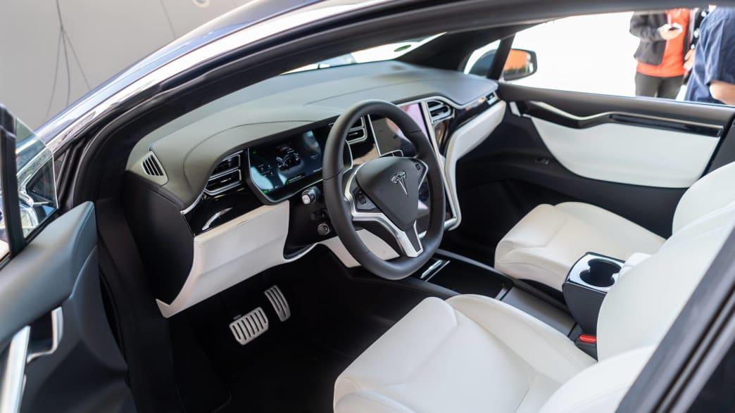Vordersitze und Cockpit des Elektroautos Tesla Model X