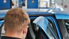 Ein Mitarbeiter im Testzentrum Landsberg zeigt wie leicht man sich am Türrahmen des Renault Zoe verletzen kann