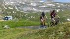 Zwei Mountainbiker fahren in den Bergen