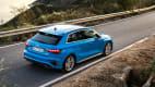 Heckansicht des Audi A3 fahrend