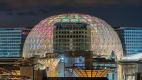 Blick auf die runde bunte Kuppel des Al Wasl Plaza bei Nacht zur Expo2020 in Dubai