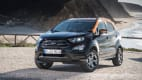 schwarzer Ford EcoSport steht an Kuestenstrasse