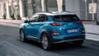 Hyundai Kona Electric fahrend auf der Straße