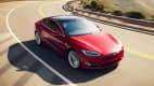Tesla Model S fahrend auf der Straße