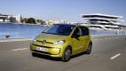 VW e-Up fahrend auf der Straße