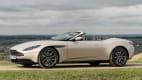 Seitenansicht eines stehenden Aston Martin DB11 Volante