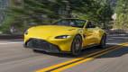 Frontansicht eines fahrenden Aston Martin Vantage