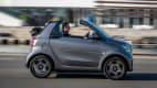 Seitenansicht eines fahrenden Smart Fortwo EQ Cabrio
