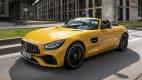 Front und Seitenansicht eines fahrenden Mercedes AMG GT