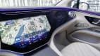 Das riesige Hightech Display des neuen weissen des neue weissen Mercedes EQS 580 4MATIC