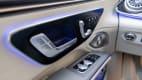 Die Fensterbedienung und Türöffner des neue weissen Mercedes EQS 580 4MATIC