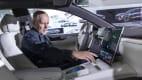 ADAC Redakteur Wolfgang Rudschies bedient das Display des NIO ET7 Elektroautos