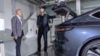 ADAC Redakteur Wolfgang Rudschies und Kris Tomasson, Design-Chef von Nio begutachten den Kofferraum des Nio ET7