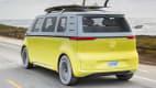 Ein VW ID Buzz fährt auf einer Strasse, von hinten aufgenommen