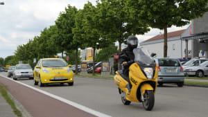 Nissan Leaf fährt auf Straße