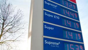 Preistafel einer Tankstelle bei der der Biospritpreis dem Superspritpreis gleicht