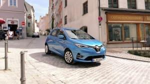 Ein blauer Renault Zoe fährt durch die Altstadt von Landsberg am Lech