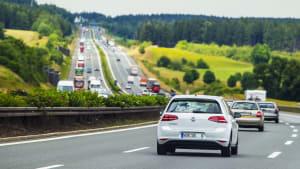 VW E-Golf fährt auf der Autobahn