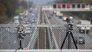 Zwei Abstands-Messgeräte stehen auf einer Autobahnbrücke