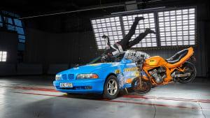 Crash eines Motorradfahrers mit Alpinstars-Airbag-Jacke beim ADAC Motorrad-Airbag-Jacken-Test