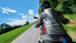 Mensch fährt auf einem Motorrad