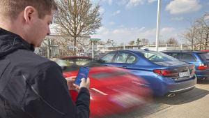 Mann nutzt autonomen Parkassistenten, um seinen Porsche einzuparken